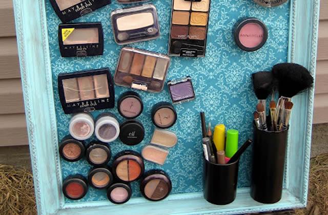 Un tableau magnétique pour produits de maquillage