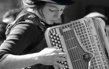 Portrait d'une jeune accordéoniste