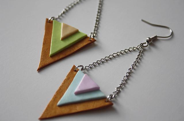 Tuto – Des boucles d'oreilles triangles aux couleurs toutes douces