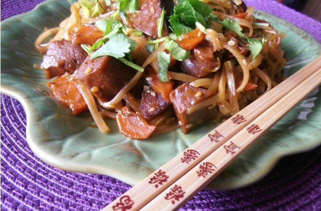 Seitan caramélisé et nouilles thaïlandaises – la recette de Vegan Valkyrie