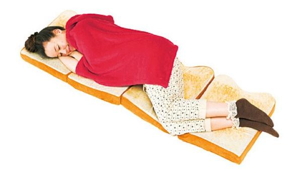 Dormir dans un croissant, une omelette ou un sandwich bread1