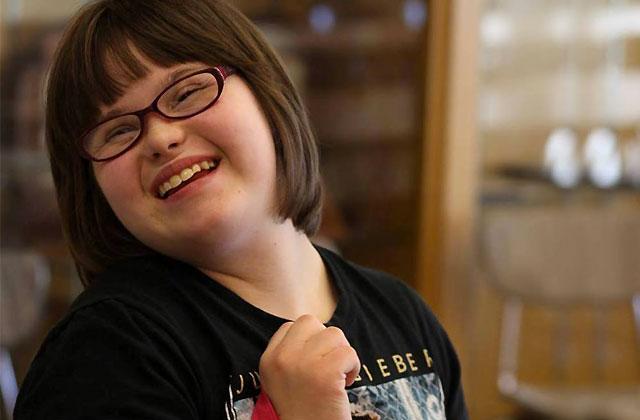 Une adolescente trisomique devient mannequin pour Wet Seal