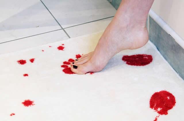 Le tapis de bain ensanglanté — Idée cadeau pourrie