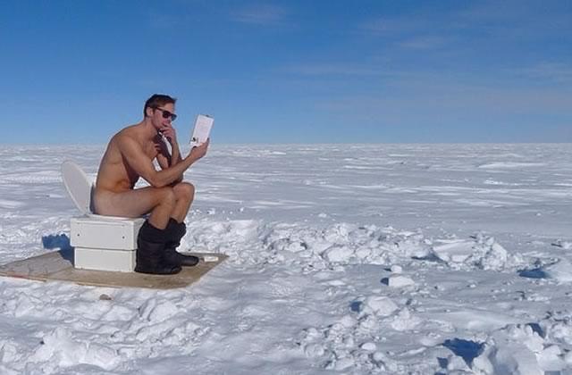 Alexander Skarsgård nu sur les WC dans la neige