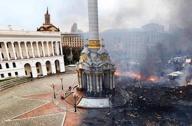 Affrontements à Kiev : la place de l'Indépendance, avant et après…
