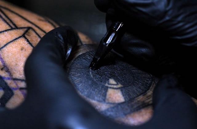 Le tatouage en slow-motion, une nouvelle vidéo qui picote