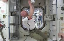 Des astronautes jouent au foot dans l'espace