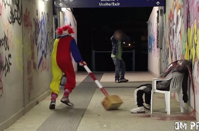 Un clown psychopathe terrorise les passants (pour rire)