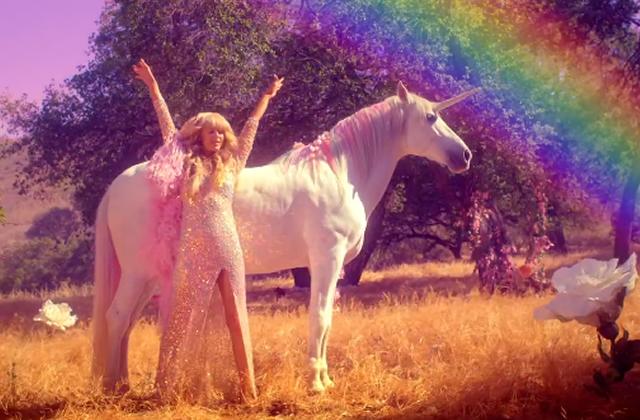 « Come Alive », le nouveau clip de Paris Hilton feat. une licorne (+ Get the Look)
