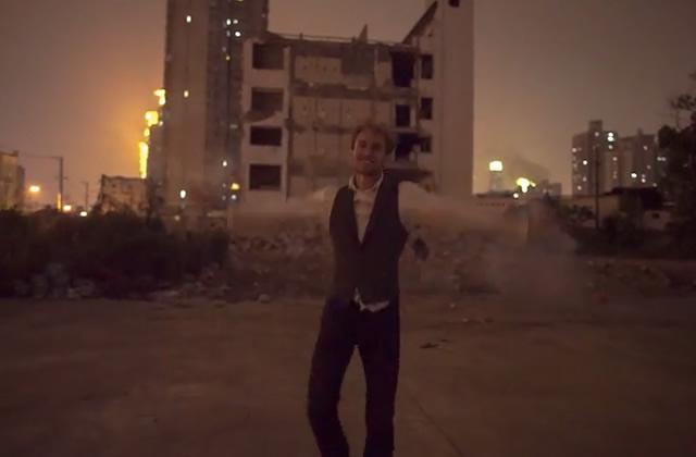 Danser à reculons à travers le monde : la vidéo foufou