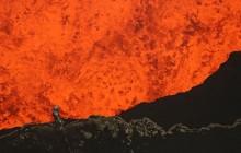 Un volcan en éruption filmé de très très (très très très) près
