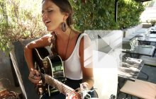 Clare Louise chante « My Heart » en acoustique