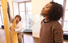 Marina Kaye chante « Homeless » en studio