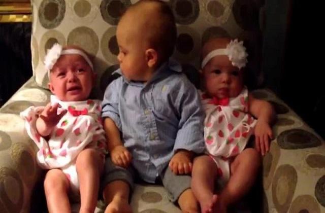 Un bébé confus devant des jumelles dans une vidéo adorable