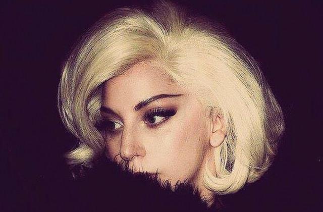 Lady Gaga prend des selfies pour Shiseido