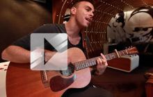 Martin Mey chante « One time too many » en acoustique guitare-voix