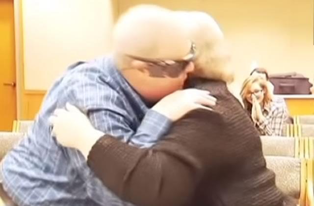 Un homme aveugle voit sa femme pour la première fois depuis très longtemps