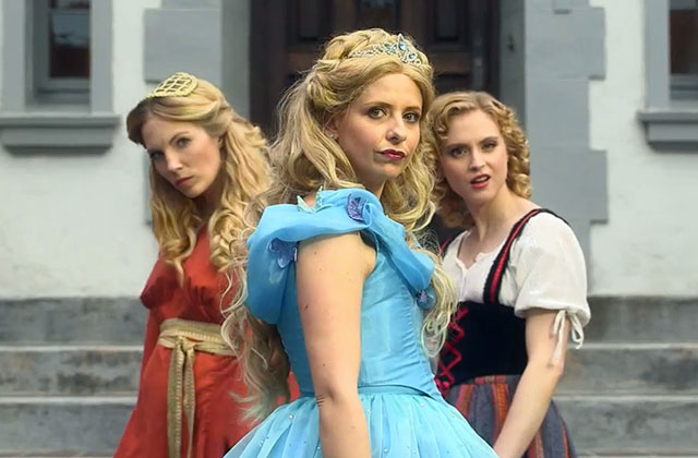Sarah Michelle Gellar fait sa princesse dans le Rap Battle Cendrillon vs. Belle