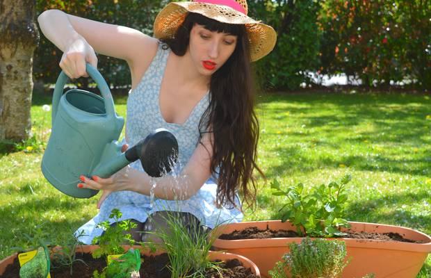 Margaux arrose plantes aromatiques