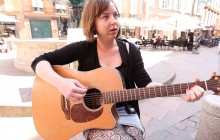 Alice chante « I don't want to see you anymore » en acoustique