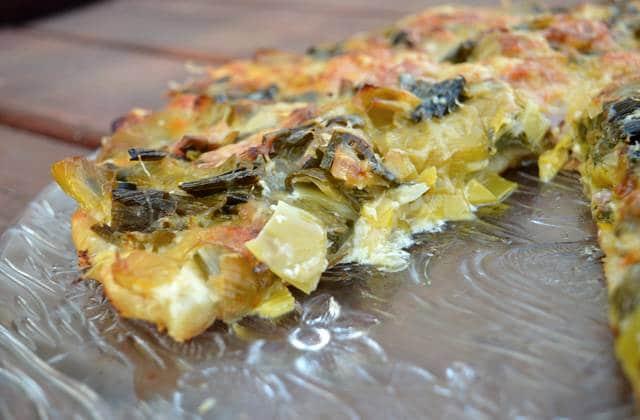 Pizza gratinée poireaux/jambon sec — Recette gourmande