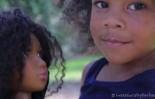 Une maman crée une poupée noire pour aider ses filles à s'accepter