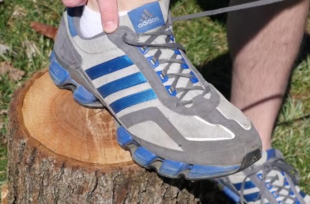 Les trous inutiles des chaussures de sport ont une explication