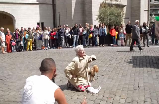 Une dame âgée danse sur du beatbox à Bruxelles