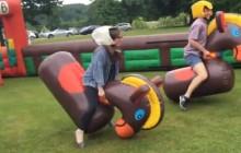 La course sur chevaux gonflables, la rigolade de feu