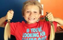 Un garçon de 8 ans se laisse pousser les cheveux pour aider les malades du cancer