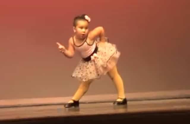 La petite fille la plus drôle et mignonne danse sur du Aretha Franklin