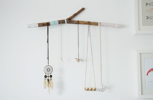 Diy fabrique un porte bijoux avec une branche for Porte manteau branche