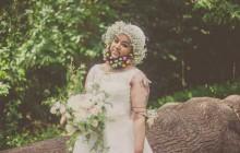 Harnaam Kaur, une jeune Anglaise barbue, pose en robe de mariée