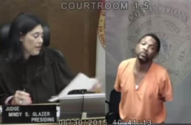 Une juge reconnait un copain d'enfance pendant son procès