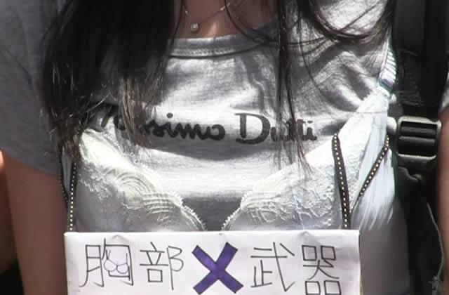 Des Hongkongais en soutien-gorge protestent contre une arrestation abusive