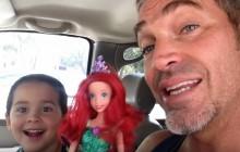Un père encourage à la tolérance en se basant sur une poupée réclamée par son fils