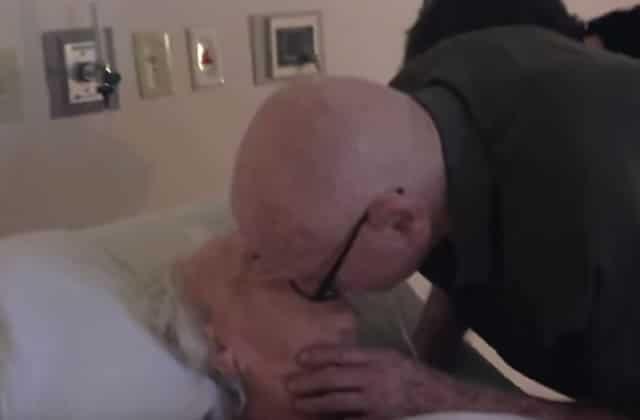 Un nonagénaire chante une chanson d'amour à sa femme alitée