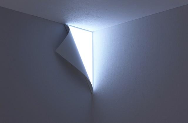 La « peel lamp», une lampe trompe-l'oeil dans un coin de mur