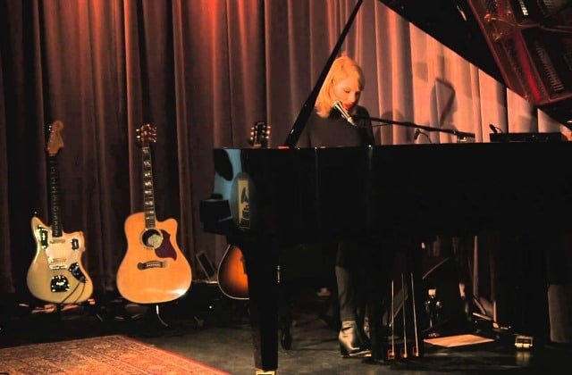 Taylor Swift chante « Out Of The Woods » en piano-voix au GRAMMY Museum