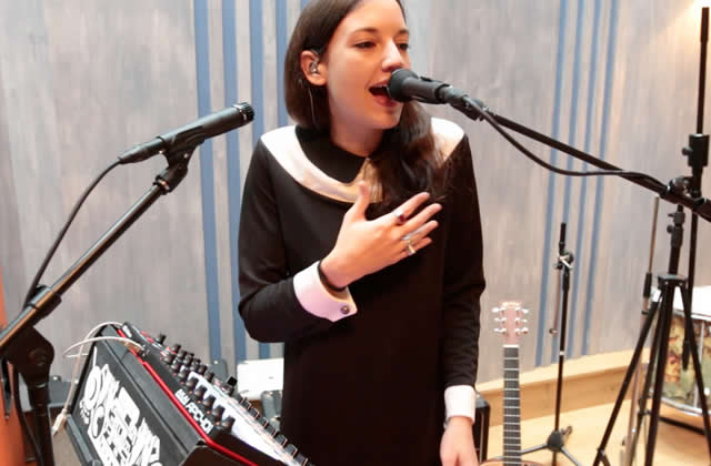 JAIN chante «Makeba» en live