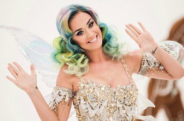 Katy Perry joue le lutin facétieux pour la pub de Noël 2015 d'H&M