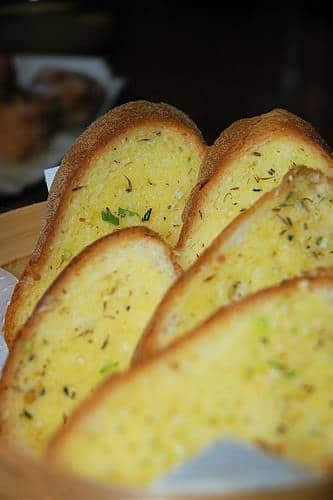 recette mont d'or au four pain à l'ail