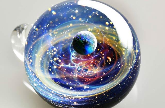 Le cosmos dans une prison de verre, les superbes pendentifs de Satoshi Tomizu