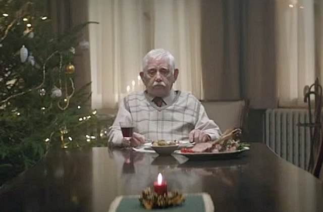 La pire pub de Noël de 2015, à base de papy délaissé et de famille un peu nulle