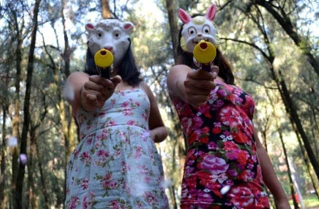 Le pistolet à confettis, l'arme idéale contre le harcèlement de rue