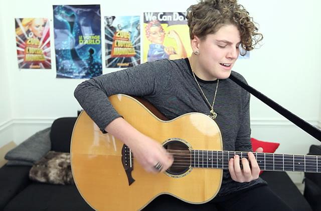 Claire chante «Ouh la la» à la guitare acoustique