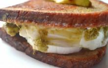 Le grilled cheese chèvre, mozzarella et pesto allie l'amour du fromage à la fraîcheur des herbes