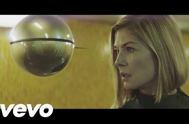 Massive Attack sort le clip de «Voodoo in my Blood », avec Rosamund Pike (« Gone Girl»)