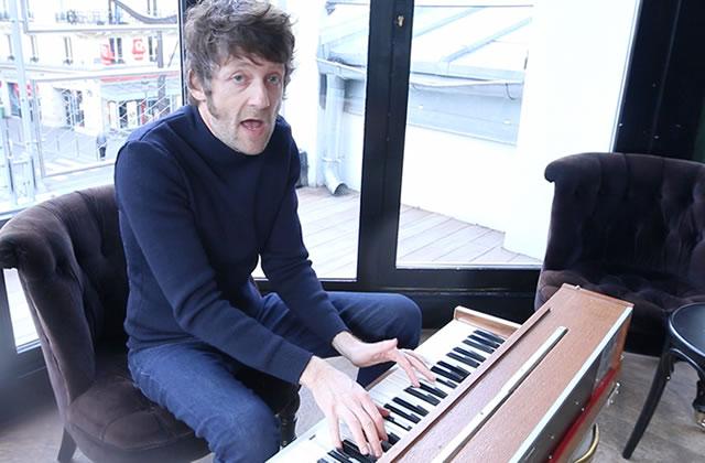 General Elektriks chante « Angle Boogie » au piano