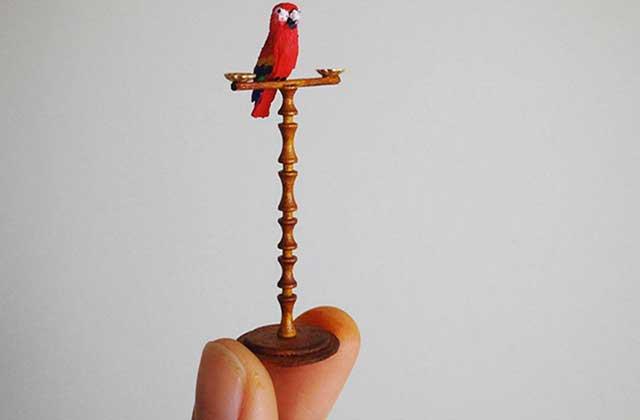 De minuscules meubles faits à la main, la version adulte de la maison Playmobil